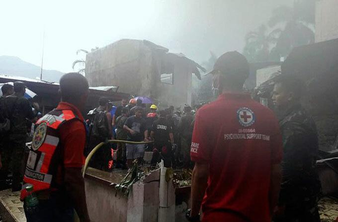 Lực lượng cứu hộ chữa đám cháy do trực thăng rơi ở thành phố Calamba, Philippines chiều 1/9. Ảnh: AP.