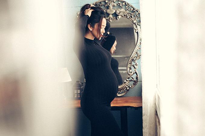 Từ khi mang thai lần ba, Kim Cương hạn chế xuất hiện bên ông xã. Cô ngại để lộ thân hình đã phát tướng, vòng hai to hơn trước nhiều.