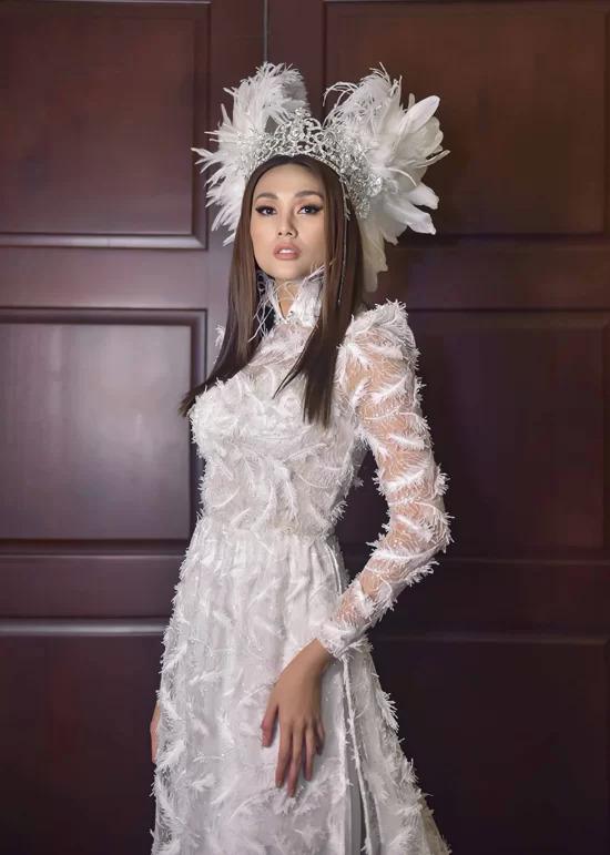 Chiếc áo dài Mỵ Châu được siêu mẫu Võ Hoàng Yến mặc.