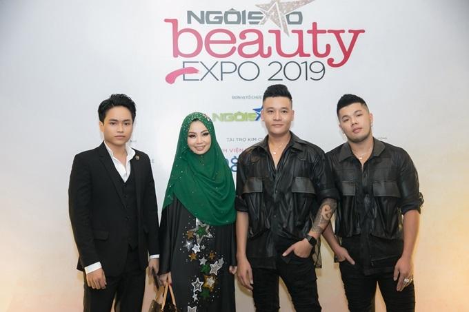 Triển lãm làm đẹp Ngoisao Beauty Expo 2019 do Báo Ngoisao.net tổ chức lần đầu tiên. Trong khuôn khổ sự kiện,cuộc thiMake-up Transformation - Tôi sáng tạo(từ ngày 26/8 đến 21/9) là điểm nhấn, dành cho những người yêu thích trang điểm, trổ tài thể hiện nét đẹp của các nền văn hóa trên thế giới. Chương trình nhận sự quan tâm của khán giả và cộng đồng làm đẹp khi có sự góp mặt của dàn giám khảo, cố vấn nội dung gồm các chuyên gia make-up, stylist... Từ trái qua: Giám đốc sáng tạo Huỳnh Quang Nhật, cố vấn nội dung Thanh Phan, cặp trang điểm Nguyễn Minh Quân - Pu Lê.