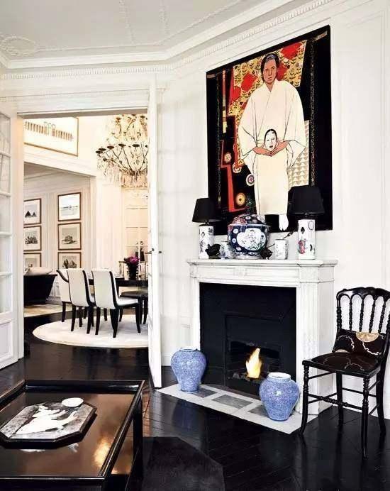 Đạo diễn phim Tâm trạng khi yêu William Chang là người décor căn nhà này cho Lưu Gia Linh. Nhà được thiết kế với phong cách tân cổ điển (neo-classical), trông như một bảo tàng nghệ thuật. Ngoài ra, ngôi nhà còn có bể bơi trong nhà.