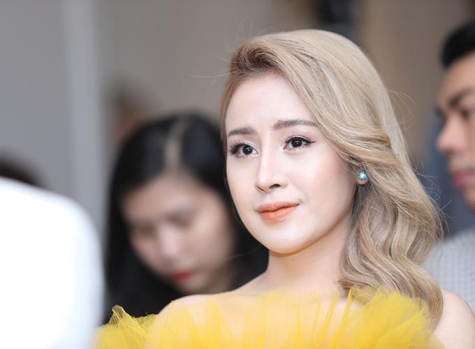 Bà Tưng Lê Thị Huyền Anh chăm chút kỹ lưỡng khi xuất hiện tại sự kiện. Cô chia sẻ phải yêu bản thân mình trước, mình thích đẹp thì mình làm, đẹp để bản thân mình ngắm và không quan tâm ai nói gì.