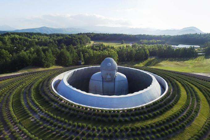Tượng Phật chìm dưới đất ở Nhật