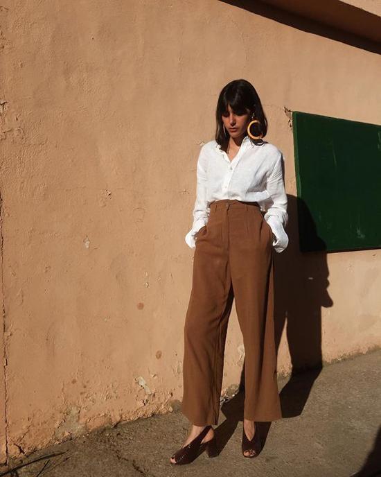 Cách đơn giản nhất để phối đồ nâu hợp lý là chọn các mẫu chân váy, quần âu để mặc kèm sơ mi hay áo blouse trắng.