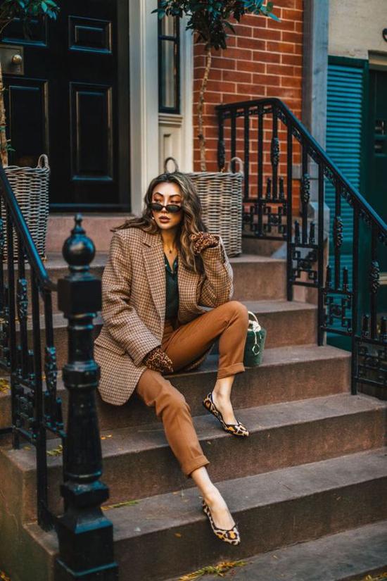 Set đồ cho những quý cô văn phòng yêu mặc đẹp với blazer kẻ sọc, quần âu, áo lụa. Sự gắn kết về sắc màu và họa tiết giữa trang phục và phụ kiện luôn giúp tổng thể có bố cục đẹp mắt.