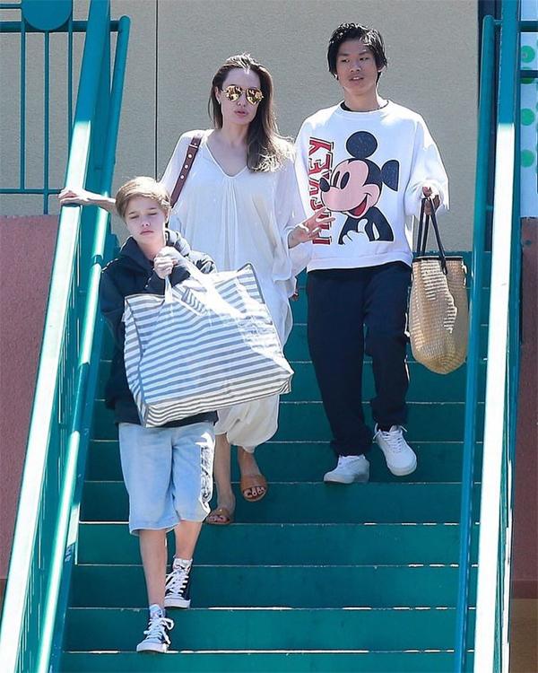 Angelina đi mua sắm với Pax Thiên và Shiloh vào tuần trước.