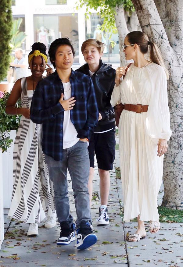 Pax Thiên mặc áo phông kết hợp với sơ mi, quần jean và giầy thể thao khỏe khoắn. Cậu thiếu niên gốc Việt đeo thêm phụ kiện nhẫn và dây chuyền.