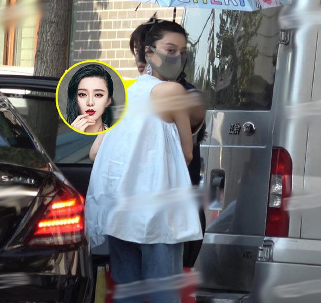 Phạm Băng Băng trông trẻ trung, phong cách khi xuất hiện trên phố ở Bắc Kinh hôm 2/9. Nữ diễn viên mặc áo rộng, tuy nhiên những cơn gió thổi ngược giúp cô để lộ vòng hai phẳng, trái với tin đồn cô vừa sinh con được vài ngày. Thông tin cô bí mật đẻ con tại viện ở Nam Kinh được cho là không có cơ sở.