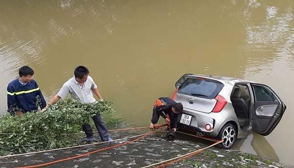 Chiếc taxi được trục vớt lên bờ hôm 2/9 nhưng hai ngày sau mới tìm được tài xế.
