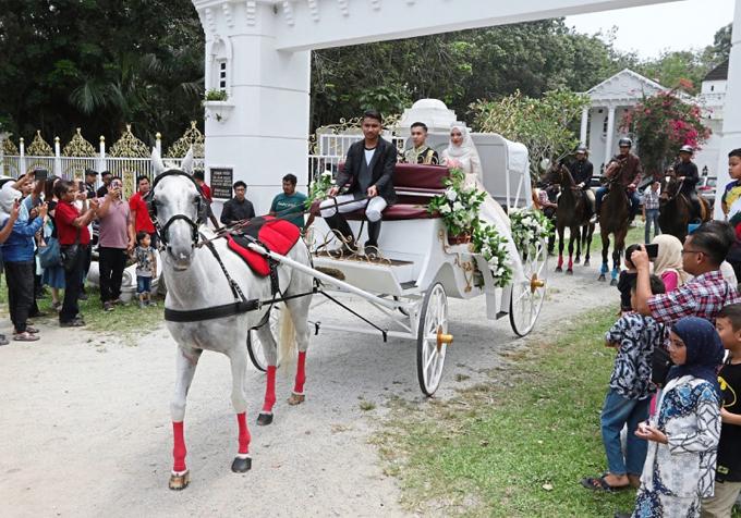 Bố mẹ xây lâu đài tổ chức đám cưới cho con gái