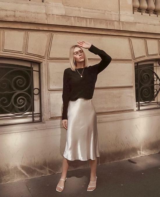Tông đen cùng các trang phục đơn sắc nghiêng về màu trung tính khá dễ phối đồ. Đồng thời chúng luôn góp phần tạo nên nét thanh lịch cho phái đẹp khi đến văn phòng.