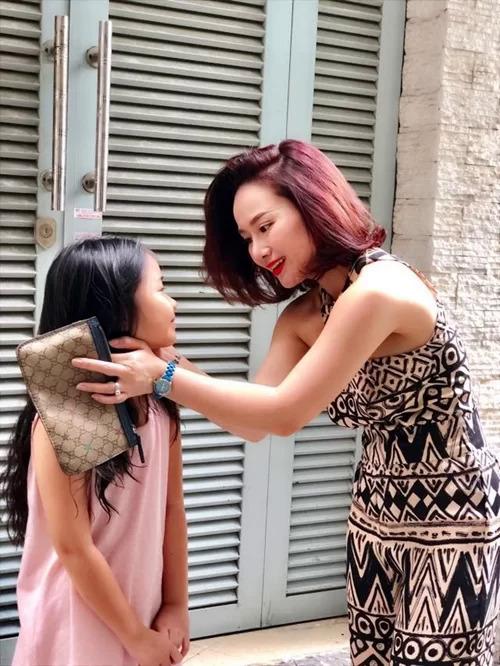 Ca sĩ Thu Phượng - vợ cũ của MC Thành Trung - và con gái.