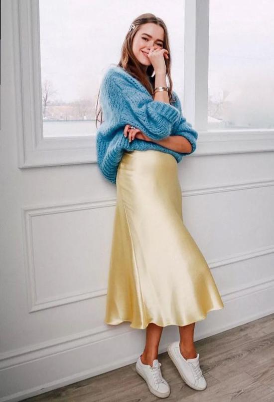Công thức mix đồ trong những ngày giao mùa không quá phức tạp. Chỉ với một mẫu áo len vừa vặn hình thể, chân váy midi là các nàng có thể tự tin xuống phố.