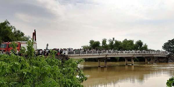 Nước sông Cầu Chày dâng cao ảnh hưởng đến công tác tìm kiếm.
