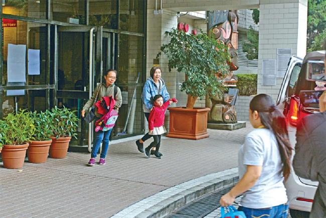 Tiểu Gạo Nếp đi học trường quốc tế, được bà đưa đón mỗi ngày.