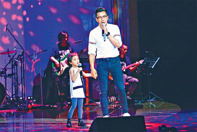 Tiểu Gạo Nếp và bố trên sân khấu tại sự kiện của trường học cách đây ít lâu.