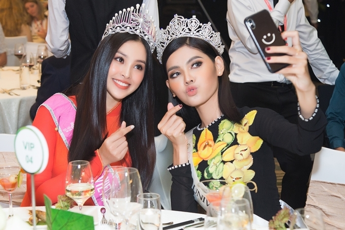 Tiểu Vy chụp ảnh cùng Hoa hậu Campuchia.