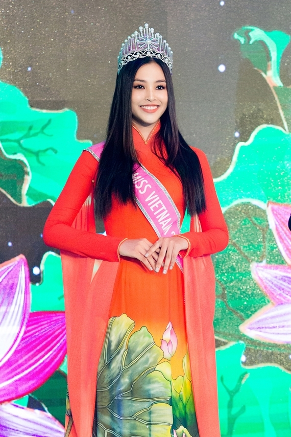 Những ngày qua, Tiểu Vy có chuyện buồn gia đình nhưng cô vẫn cố gắng sắp xếp để tham gia gala Hương sắc Việt Nam. Đây là sự kiện quan trọngtrong khuôn khổ Hội chợ Du lịch Quốc tế TP HCM 2019 được tổ chức thường niên suốt 14 năm qua.