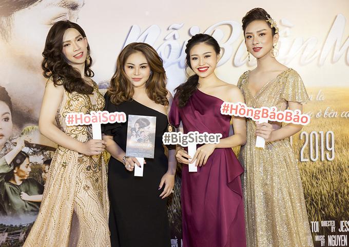 Lê Giang (váy đen) khoe vẻ trẻ trung bên con gái Lê Lộc. Chị đóng một vai hàitrong sản phẩm của Hoài Sơn và Hồng Bảo Bảo.