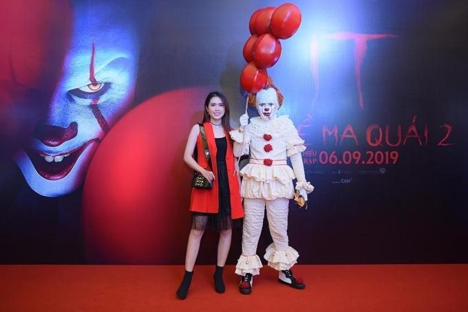 Người mẫu Thùy Dương - bà xã của diễn viên Minh Tiệp chụp hình cùng nghệ sĩ cosplay gã hề có khuôn mặt quái dị.