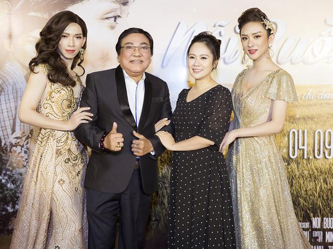 Diễn viên Thanh Thúy và nghệ sĩ Phú Quý cũng vượt mưa gió tới chúc mừng đàn em.
