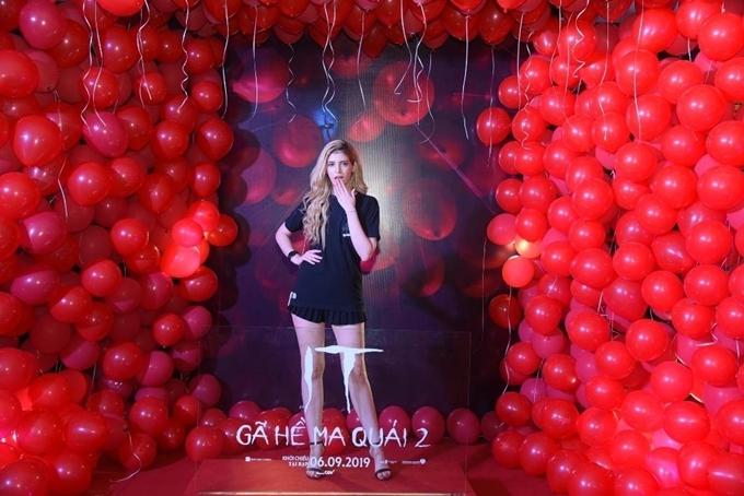 Andreacó mặt trong buổi chiếu phim ở Hà Nội. Cô chọn phong cách đơn giản với áo thun và váy ngắn, khoe đôi chân dài. Đây là dịp hiếm hoi mẫu Tây mặc kín đáo dự sự kiện.