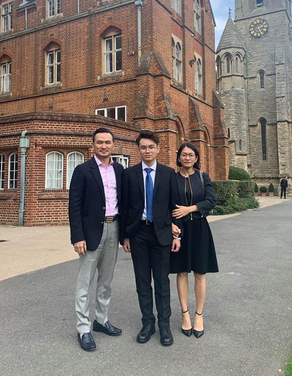 Gia đình Chi Bảo tại khuôn viênSt Edwards School (Oxford, Anh).