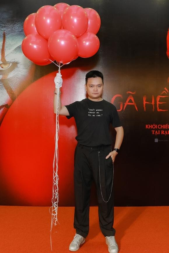 Diễn viên Trịnh Tú Trung cũng tạo dáng cùng chùm bóng giống các đồng nghiệp.