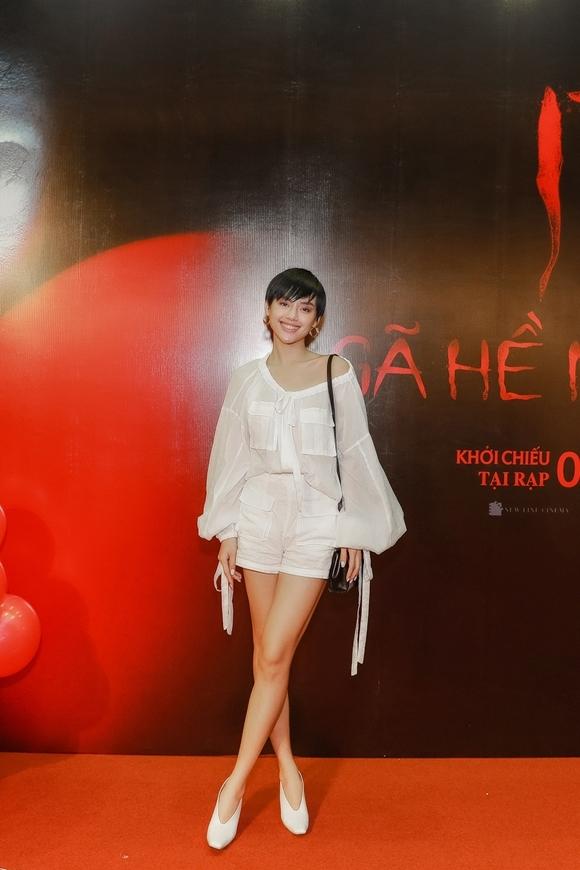 Khánh Linh The Face khoe đôi chân dài gợi cảm.