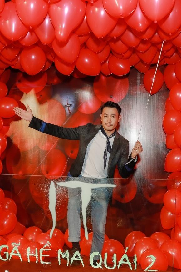 Người mẫu, NTK Trương Thanh Long tạo dáng với chùm bóng bay của gã hề IT.