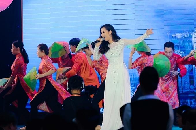 Ca sĩ Võ Hạ Trâm diện áo dài biểu diễn.