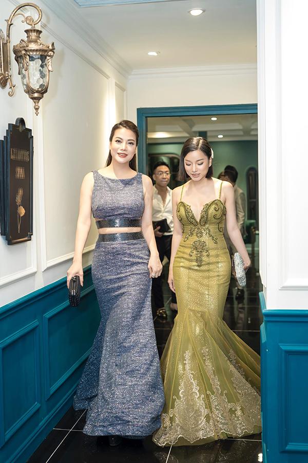 Sau đó, hai người đẹp cùng nhau đi đến sự kiện.