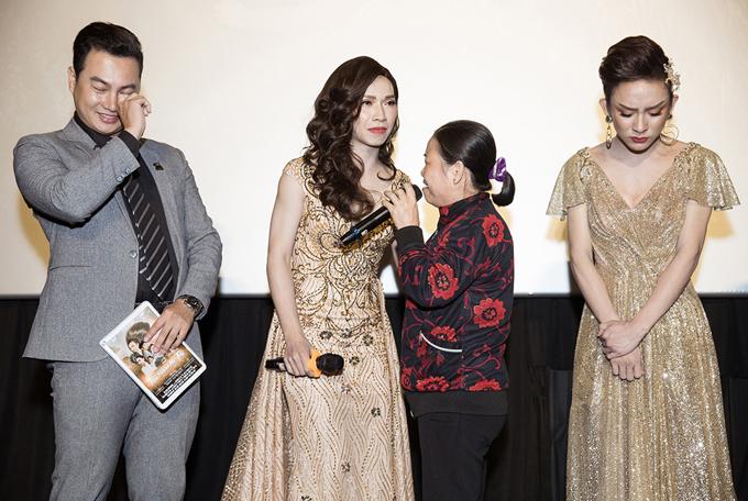 Mẹ Hoài Sơn khiến con xúc động bật khóc khi bất ngờ xuất hiện ở sự kiện mà không báo trước.