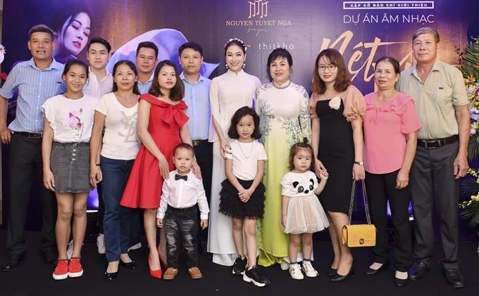 Những người họ hàng của Tuyết Nga ở quê hương Thanh Hóa có mặt tại họp báo từ sớm để động viên tinh thần cho cô trong buổi ra mắt dự án âm nhạc tâm huyết.