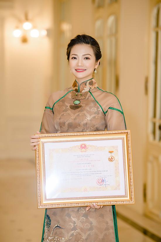 Kiều Anh sinh năm 1981, từng theo học trường Nghệ thuật Quân đội và hiện làm việc tạiNhà hát Ca múa nhạc Việt Nam.