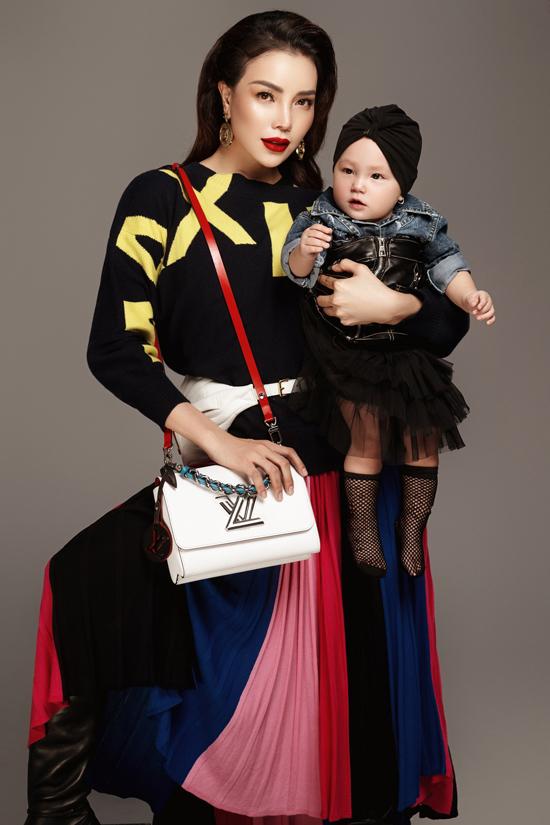Loạt túi hiệu đắt đỏ của Chanel, Louis Vuitton được Trà Ngọc Hằng sử dụng để giúp từng set đồ thêm phần sang chảnh.