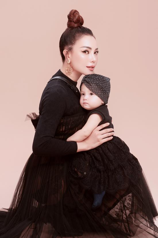 Bộ ảnh được thực hiện với sự hỗ trợ của nhiếp ảnh Milor Trần, stylist Kye, trang điểmThái Vũ Tài Ngân, làm tóc Nguyễn Chánh Tín.