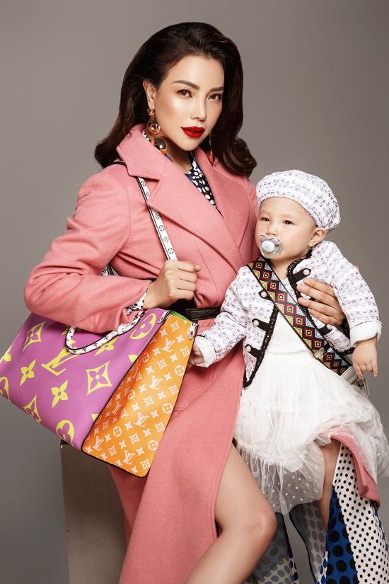 Nữ ca sĩ khoáclên mình những bộ đồ hàng hiệu từ những thương hiệu nổi tiếng, bé Sophia cũng diện trang phục đồng điệu với mẹ.
