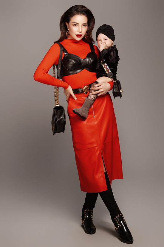 Trang phục và phụ kiện cho bé Sophia cũng được mix-match ấn tượng để hài hòa với tạo hình sang chảnh của mẹ.