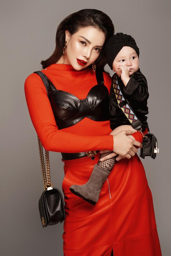 Bên cạnh các kiểu váy đầm, áo jacket, váy xòe xinh xắn, Trà Ngọc Hằng cũng đầu tư phụ kiện cá tính cho con gái.