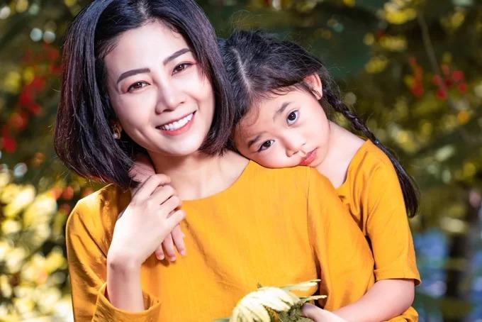 Mai Phương chụp hình cùng con gái ở Hội An, sau một thời gian điều trị bệnh ung thư.