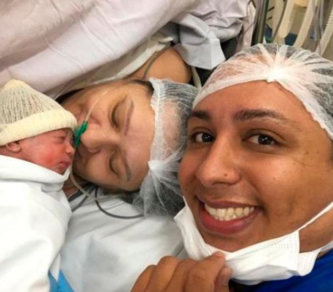 Marcelo vui mừng khi mẹ anh, bà Valdira, sinh hạ cặp song sinh hôm 3/9