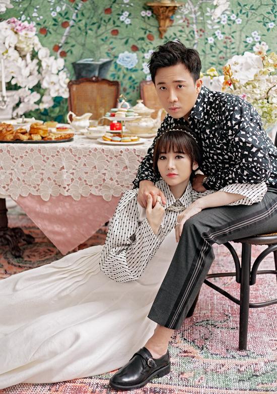 [Caption] Bộ ảnh cũng được thực hiện đúng thời điểm lễ Trung Thu cận kề. Với cả Hari Won và Trấn Thành, Trung Thu không chỉ là dịp đoàn viên của mọi gia đình mà còn là khoảnh khắc ấm cúng của những đôi lứa yêu nhau. Tinh thần gắn kết, yêu thương với những cảm xúc ấm áp vì thế cũng được cả hai thể hiện trọn vẹn qua bộ ảnh lần này.  Đầu tư chỉnh chu về mặt hình ảnh, thời trang mà vợ chồng danh hài diện để thực hiện bộ ảnh này cũng là một điểm nổi bật rất đáng chú ý. Trong đó, nếu Hari Won diện ba bộ trang phục phong cách trẻ trung mang hơi hướng Hàn Quốc thì Trấn Thành lại đóng vai chàng lãng tử lịch lãm bên cạnh