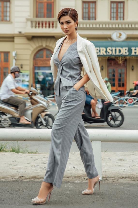 Áo blazer giúp diễn viên Mộng phù hoa hóa thân thành quý cô văn phòng chuẩn mực. Đây cũng là trang phục thích hợp diện vào thời tiết thu đông se lạnh.