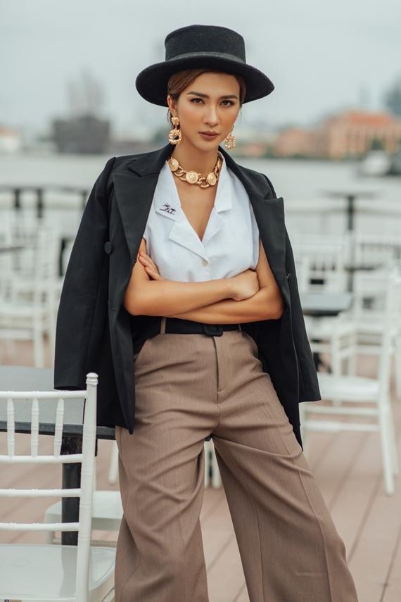 Mỹ nhân 32 tuổi thể hiện sự khéo léo khi phối áo sơ mi, quần ống rộng và blazer theo tông màu trung tính, nhã nhặn.