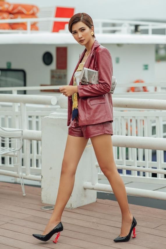 Mốt tóc ướt phù hợp phong cách năng động, cá tính của trang phục.