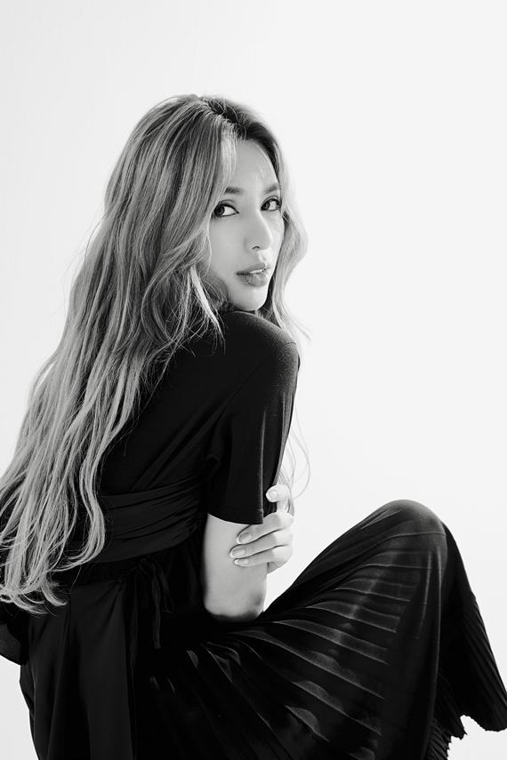 Sắp tới, cô về Việt Nam làm giám khảo, huấn luyện viên cho hai show truyền hình thực tế về người mẫu.