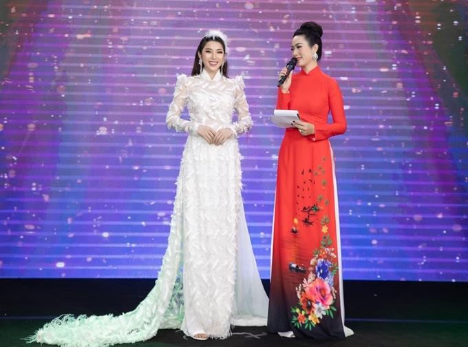 Á hậu Yan My trình diễn áo dài Mỵ Châu.