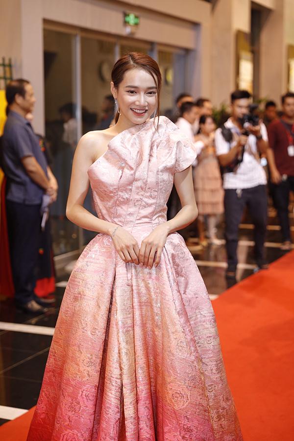 Nhã Phương tại thảm đỏ lễ trao giải VTV Awards 2019 diễn ra tối 7/9 tại Hà Nội.
