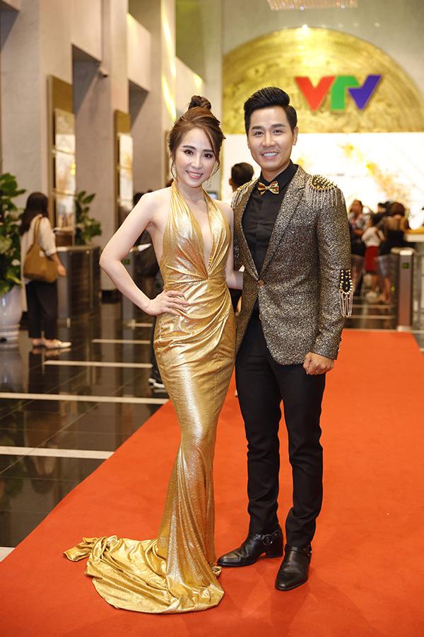 Diễn viên Quỳnh Nga thân thiết với MC Nguyên Khang.
